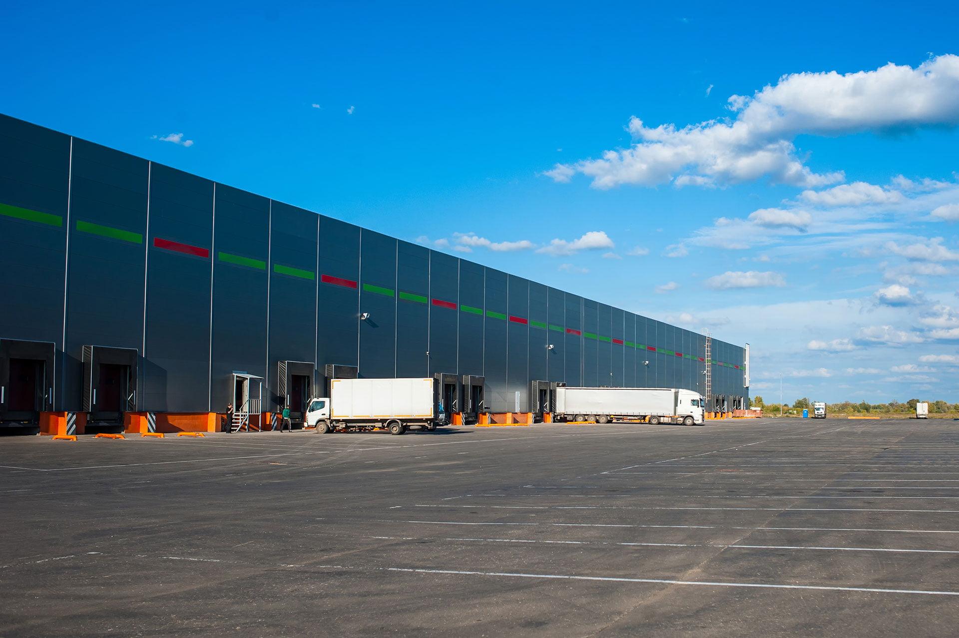 Nave industrial con puerto para carga de camiones
