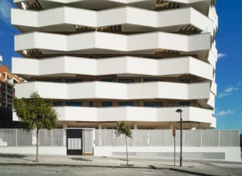 Se trata de uno de los últimos edificios que se han terminado y entregado en la ciudad de Murcia, con instalaciones de alta eficiencia y producción de ACS por medio de aerotermia.